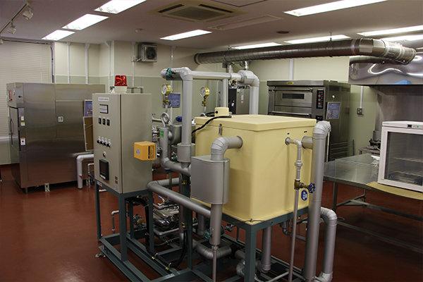 殺菌装置や液体殺菌装置など本格的な設備が整う食品実験棟