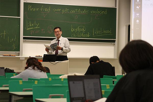 集中して講座を受講する学生たち