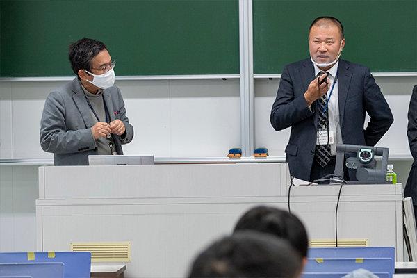 講演後は、学生の質問に時間が許す限りお答えいただきました。