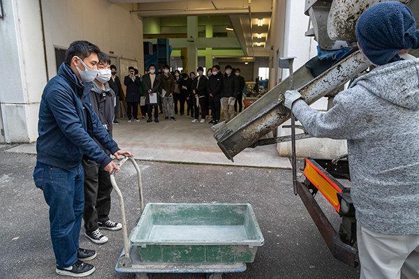 生コン車で運ばれてきた生コンクリートの受入れ検査を実施し、その後打設するという、実際の建築工事現場と同じ流れで進みます。