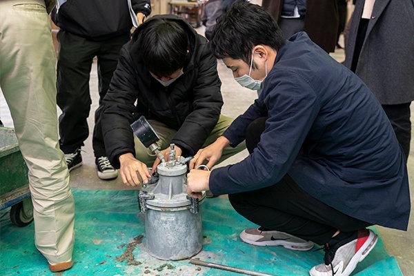 こちらは空気量測定。バケツのような容器にコンクリートを詰めた後、蓋をして空気を圧縮します。