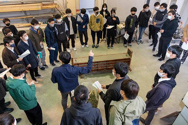貞末教授や大林技師からの注意ポイントをこまめにメモしながら、学生たちは作業を進めました。