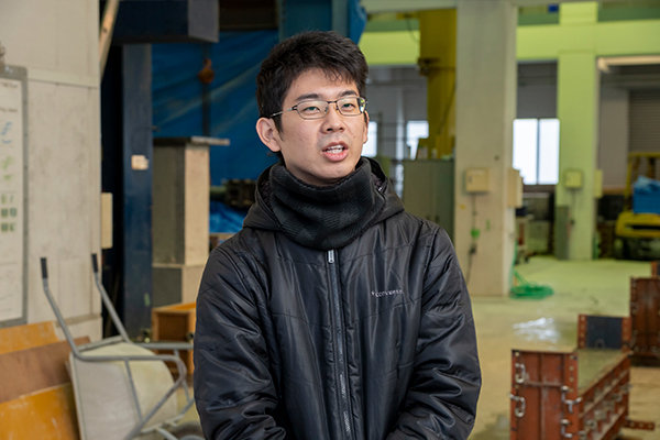 松長大希さん(広島県立三次高校卒)「コンクリ-トを型枠全体に行き渡らせるのは、結構手間がかかりました。一つひとつの作業をおろそかにできないな、と感じます」