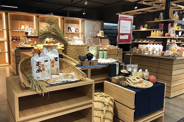 広島そごう5階で開催されたさとやまマルシェ。地元由来の自然素材を使った食品・飲料・雑貨など、約300アイテムが展示販売されました。