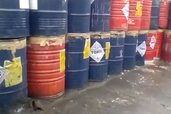 工場からの廃ドラム缶。中にわずかに有害な化学薬品が残留している場合もあります。