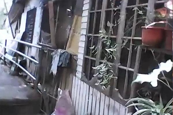 スラムの住居。住人が勝手に建てた住まいなので、玄関はなく、壁も天井もボロボロ。台風が来るとすぐ倒れてしまいます。