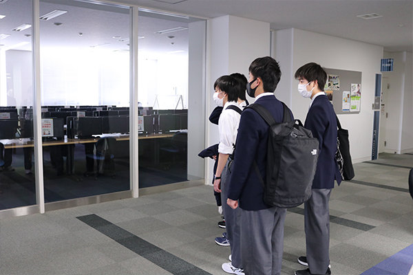 初めに講義棟Nexus21内の施設を見学