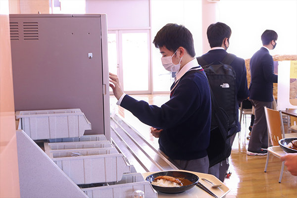 学生食堂「LEAF GARDEN」で昼食をとり、大学生気分も味わう