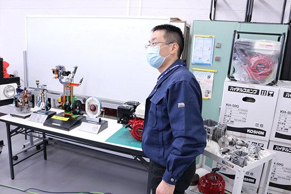 本学科では、実物の自動車エンジンを分解する実習を行う。そのエンジンを使い仕組みを説明