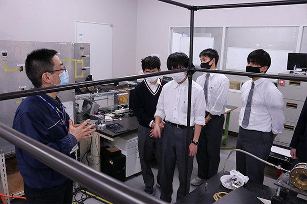 研究室では実際に燃料に火をつけて、エンジン内で燃焼する様子を精密に計測している