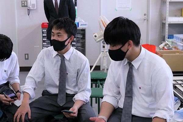 情報技術に興味がある西さん(左)とエンジンに魅かれている重森さん(右)