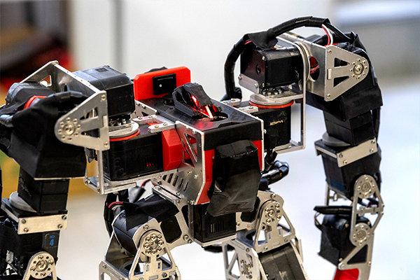 対戦相手のロボットを冷徹に見据える、赤いLEDの眼もこだわりポイント。