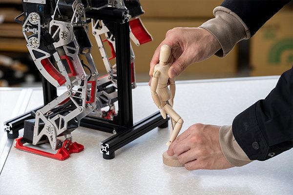 「ロボットのスムーズな二足歩行はとても大変で、人形の動きから人間の歩行を研究するなど、参考になるものは何でも利用しました」