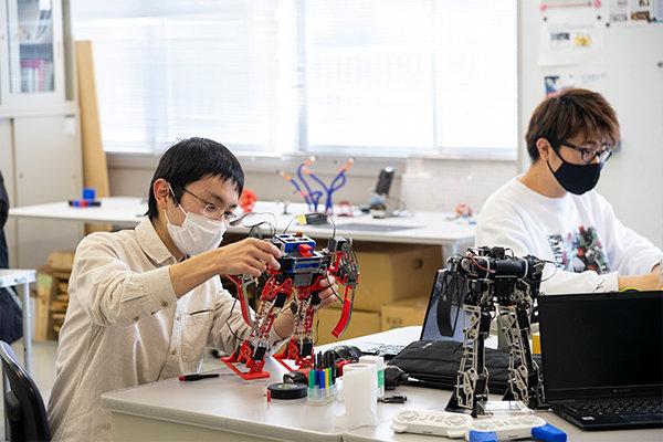 ロボット研究部では一人ひとり、自分の思い通りのロボットを製作します。