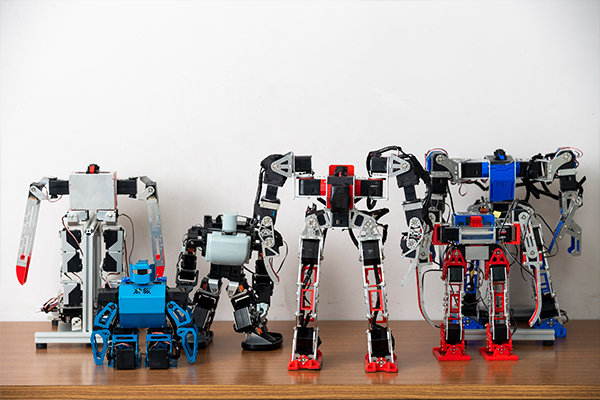 部員たちが手掛けるロボットたち。次回のロボワン優勝者が、この中から現れるかも?