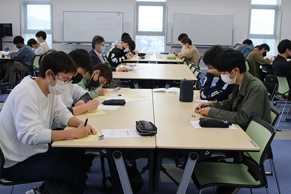 約10名1チームのチューター制度を導入し、学生生活を支援