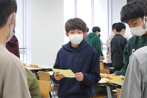 講座の締めくくりに、それぞれの長所とアドバイスが書かれたメモを交換する加田さん