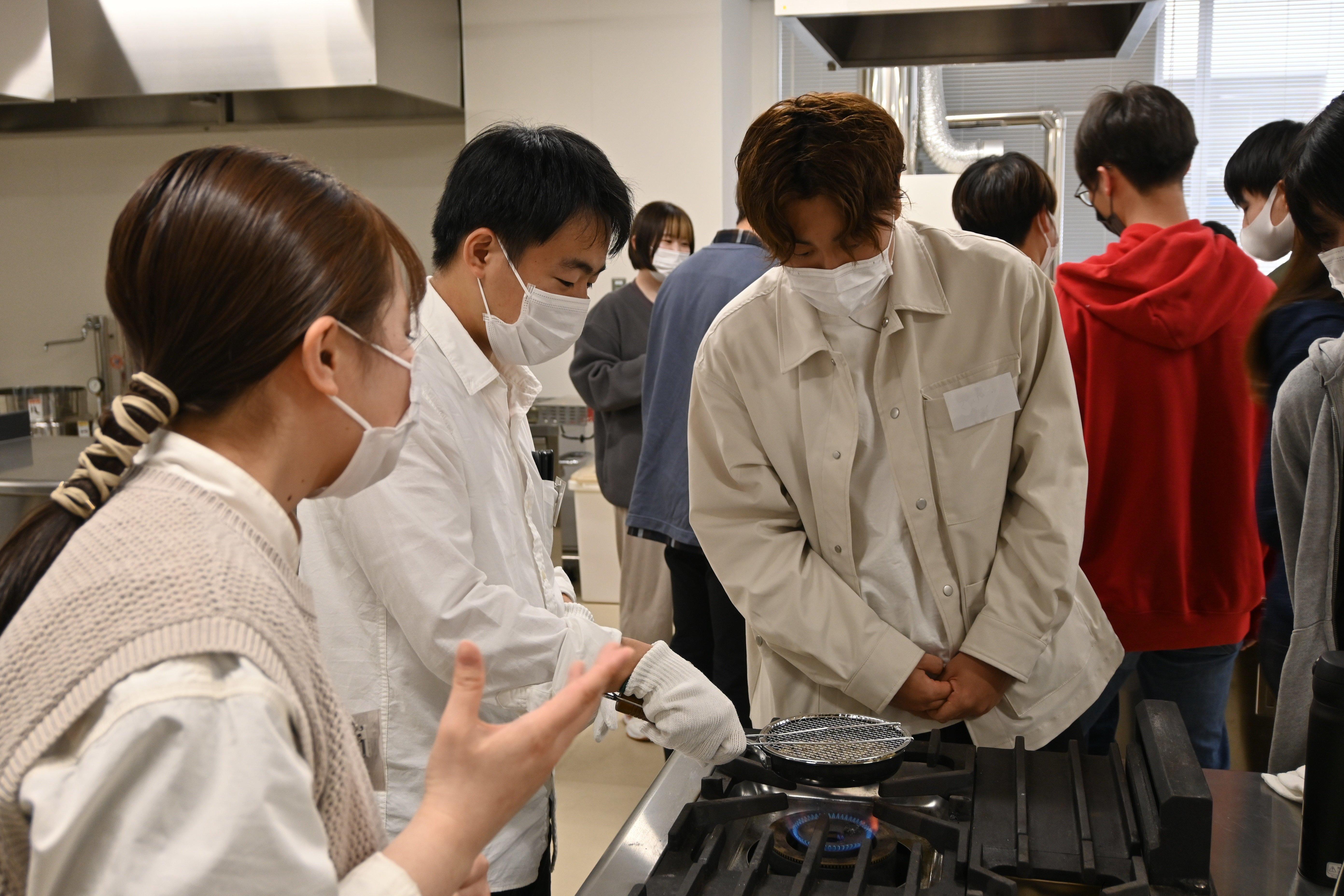 先輩学生の指導の元、生豆からの焙煎に初挑戦