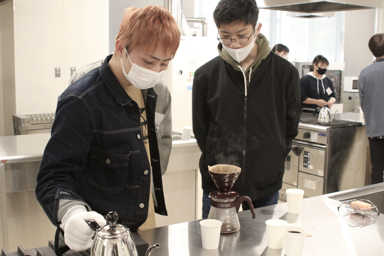 焙煎したコーヒー豆を挽いて粉にしたものを充分に蒸らして、ハンドドリップでコーヒーを抽出