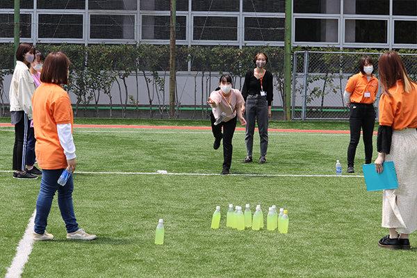 木の棒の代わりに水の入ったペットボトルを用意。50点先取したチームが勝ち