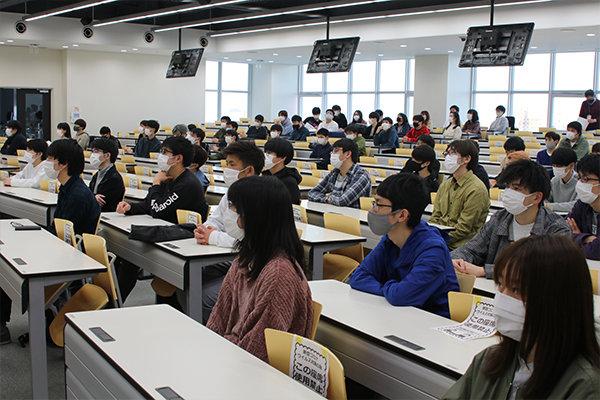 情報学部では、全学科計116人が発展トラック生として認定された。