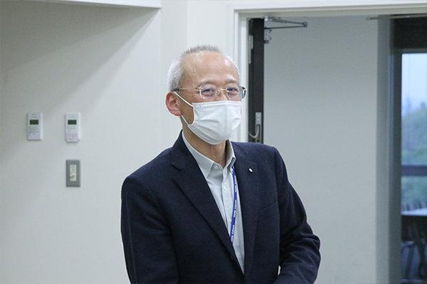 情報学部長の濱﨑教授