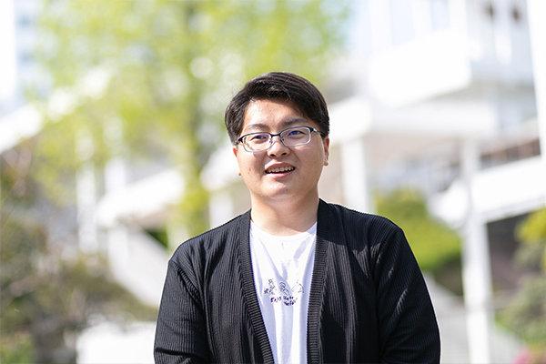 戸花さん(知識機械工学科1年・徳島県立つるぎ高等学校出身/徳島県)。「グループワークで一緒だったメンバーとは今も連絡し合っています」とのこと。