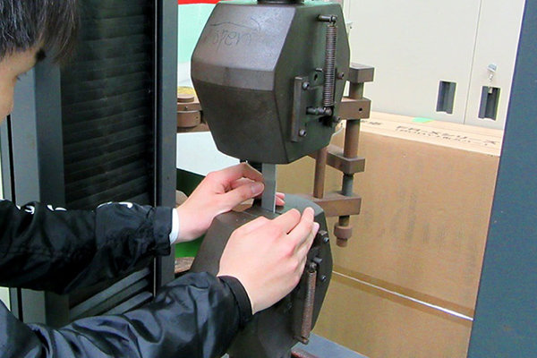 接合したアルミと樹脂の試験片を引張試験機にかけ、接合強度を測定。