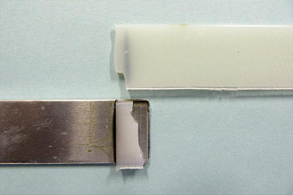 試験機で引っ張った結果。樹脂が破壊されても、金属と樹脂の接合部分ははがれていません。