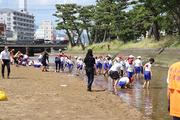 広島市立五日市観音小学校4年生98名と一緒に活動を行う