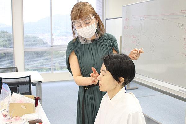 テレビ番組のヘアメイクなどでも活躍する講師の坂井さん