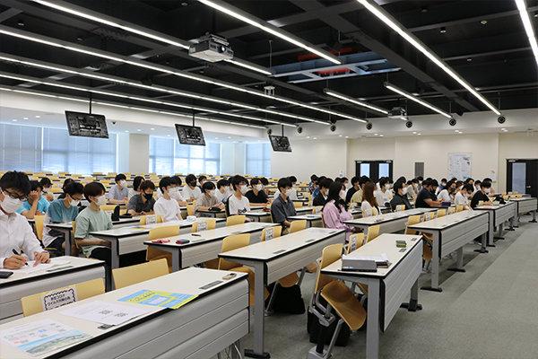 講座は建築工学科2年生の「建築木質構造学」の授業の一環として開催。広島で木質構造に関わる2社の話が聞けると、学生たちも興味深々で参加