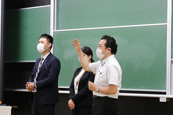 創建ホームの阿部さんは本学の卒業生。中国木材の社員の出身大学は本学が2位を占めており、卒業生が多く勤めている