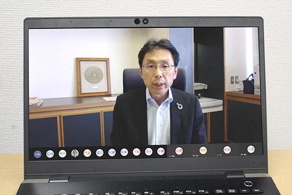 「コロナ禍でも、全教職員の協力があって新教育プログラムがスタートできました」と挨拶する長坂学長