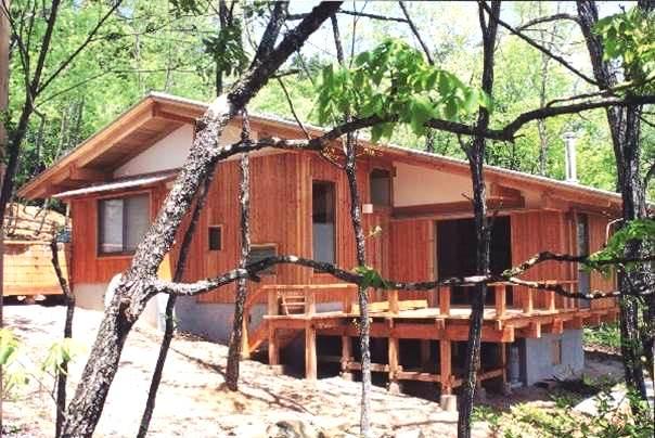 「傾斜した敷地を有効活用した家は、金物を一切使わない伝統構法です」と先生自らが設計した家を紹介。