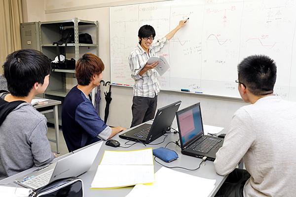 まず、実習を行う前に、学生自らこれから学ぶことになる回路についてのプレゼンテーションを行います。人前でわかりやすく説明する力を養います。