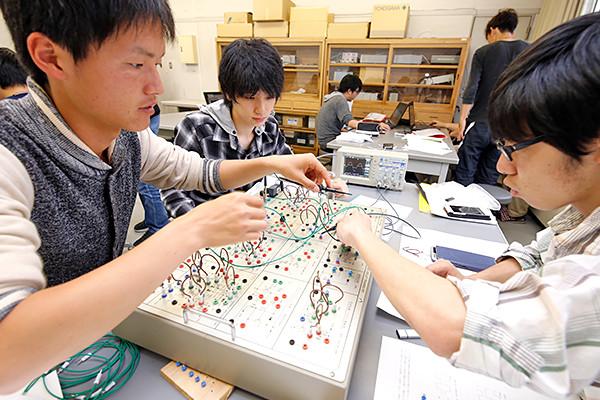 パルス回路実習装置を使用する中で、作業を進める人、記録する人、間違いがないか確かめる人など、自然とチームワークが生まれていました。