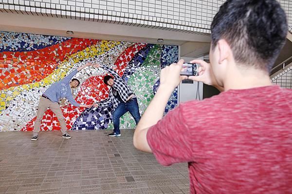画像にはできるだけ多くの色がほしいので、新1号館ピロティにあるモザイク画は、絶好の撮影ポイント。