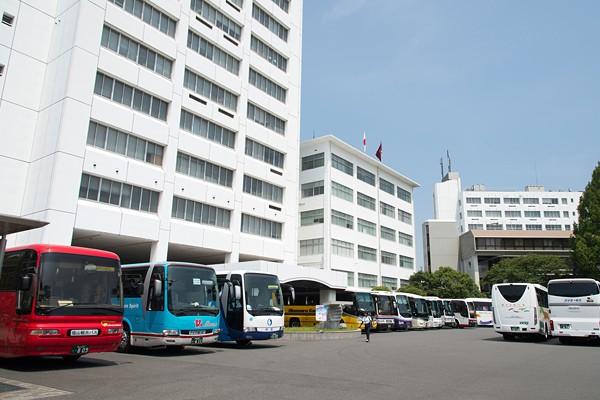 10時を過ぎた頃には、広島市外・県外から、来場者を大勢乗せてやって来た貸切バスも続々到着。キャンパス内がさらに賑やかに。