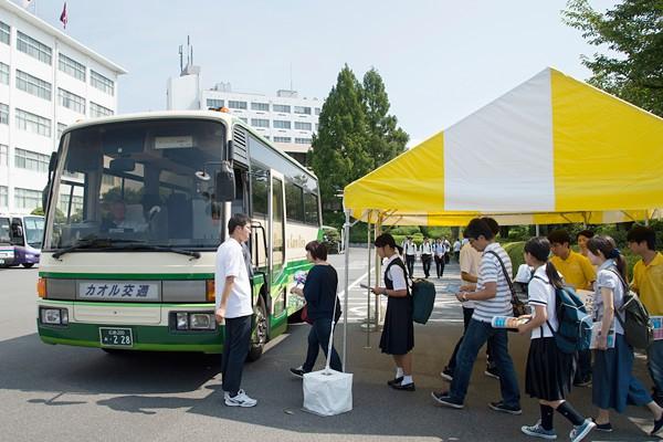 この日は来場者のため、循環バスが広いキャンパス内を走行。迷うことなく、見たいプログラムにたどり着けます。