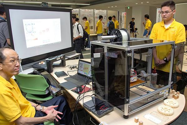3Dプリンタが図面通りの製作物を造り出すところ。どのような製品でも正確に形にします。