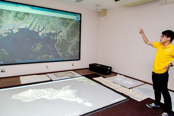 これは似島の立体模型。国土地理院の等高線情報を用いて立体的に再現、グーグルアースの画像情報を重ね合わせ、わかりやすくしました。地域の改善策を考える際、こうした3Dの模型が役立ちます。