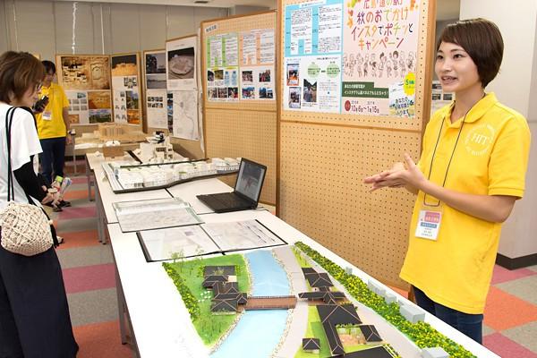 これは卒業生の卒業制作物。道の駅を橋でつなぎ、川の対岸にもスペースを設けた地域コミュニティとしても機能させる施設です。外観も温かみを与える作りになっています。