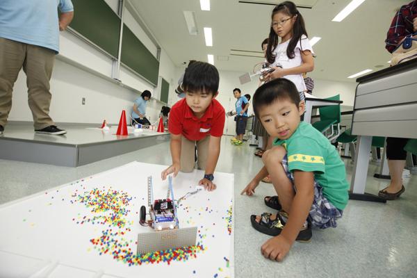 パワフルなロボットばかりで、手伝った大学生のお兄さんは大忙し。
