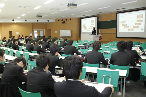 情報学部では、就職に関するセミナーを、年間を通じて開催しています。5回目のこのセミナーには、60人近い学生が参加しました。