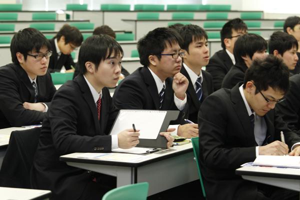 授業ではなかなか知ることがない企業内部の話や、人事の立場からの実践的な助言に聞き入る学生たち。