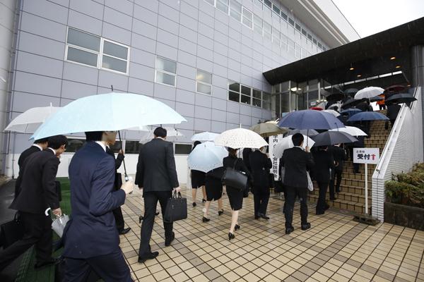 会場の鶴記念体育館には、雨にもかかわらずたくさんの学生が集まりました。