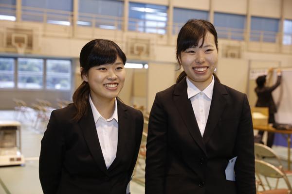 金川麻莉奈さん(左)と北島里咲さん(右)(ともに情報学部知的情報システム学科)「数多くの企業が参加しているので、それぞれの企業の特徴を知るいい機会になりました。今日をきっかけに、一気に就職活動モードになりました」