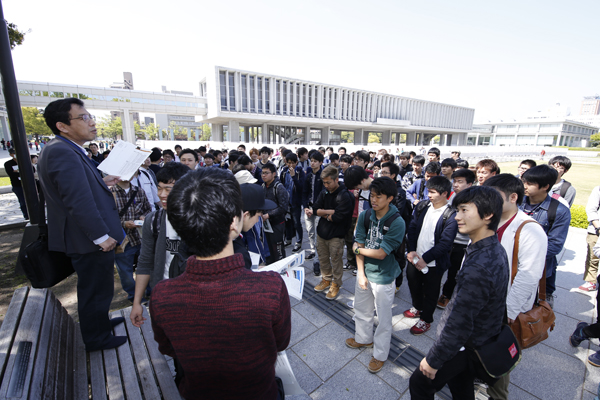 集合は平和記念公園。「土木は市民のための工学。歴史や文化も理解しながら見学してください」と説明を受けて、班ごとに出発。