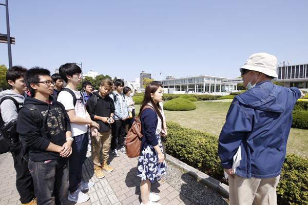 広島平和記念資料館と広島国際会議場が現在の形になるまでどんな変遷があったのか、建築物としての背景に聞き入る学生たち。
